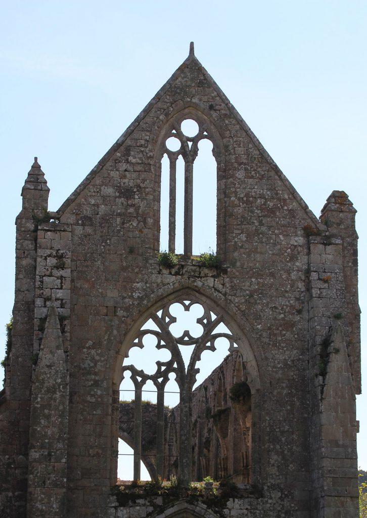 fenêtre abbaye en ruine